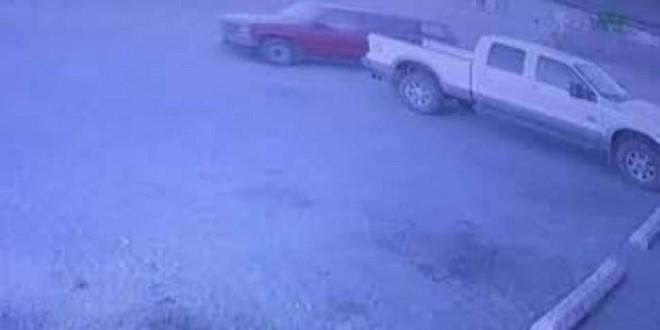 بالفيديو: انشغل بسرقة متجر.. فسُرقت سيارته