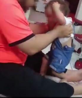 بعدما أثار الفيديو غضب كل من شاهده… السعودية تتحرك تجاه وافد عذب طفلته