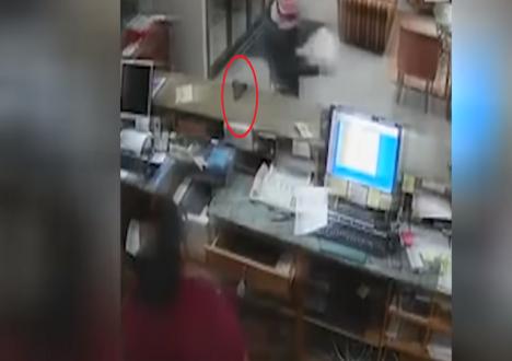 """بالفيديو… لص """"أحمق"""" يترك سلاحه لضحيته"""