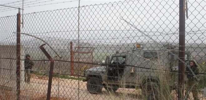 القوات الاسرائيلية تكثف دورياتها العسكرية على الطريق المحاذي للسياج عند بوابة فاطمة