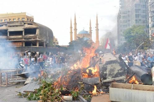 حالات اغماء في صفوف المحتجين في رياض الصلح نتيجة الغاز المسيل للدموع