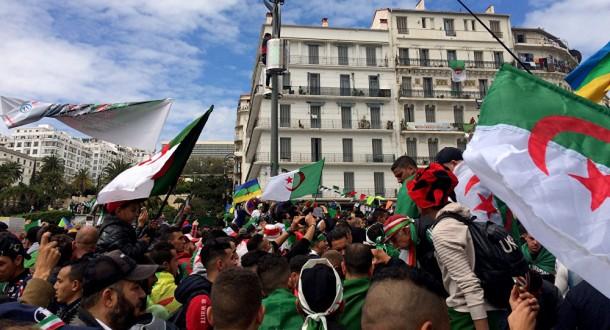 الجزائريون يواصلون تنظيم المسيرات مع تصاعد الاحتجاجات قبل الانتخابات