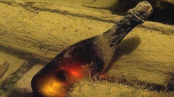 العثور على 900 زجاجة كونياك نادر في قاع بحر البلطيق عمرها 100 عام !