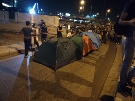 محتجو طريق القصر الجمهوري يطالبون بإطلاق أحد زملائهم
