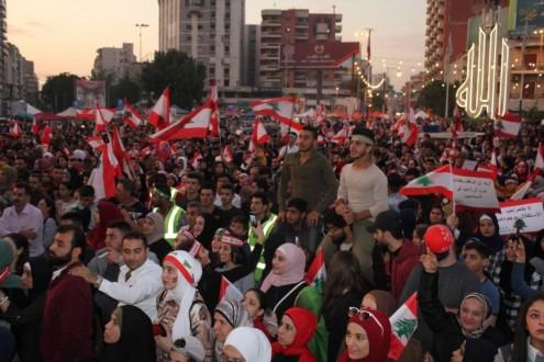 حشود كبيرة في ساحة النور في طرابلس للمشاركة بإحياء عيد الاستقلال