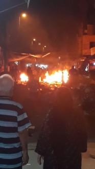 مراسل ملحق: إحراق محلات في طرابلس على خلفية إطلاق النار الذي وقع وأدى إلى مقتل شخص