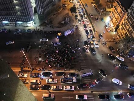 قوة من مكافحة الشغب تحاول التفاوض مع المتظاهرين لفتح الطريق أمام برج الغزال
