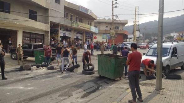 محتجون قطعوا طريق عام البيرة القبيات ومواطن يهدد بحرق نفسه