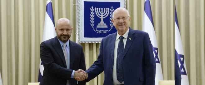 """لبناني يشتري مقتنيات هتلر ويتبرع بها لـ """"إسرائيل"""".. والرئيس الإسرائيلي يستقبله لشكره!"""
