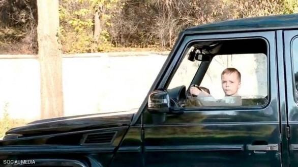 طفل الـ 6 سنوات يقود سيارة رباعية الدفع !