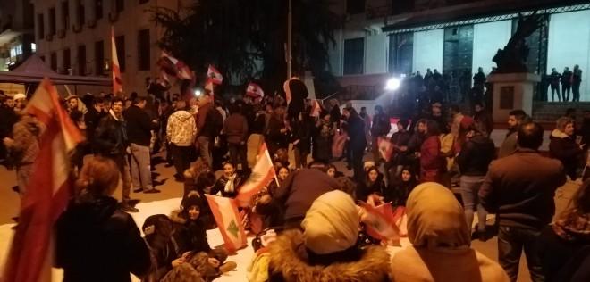 وقفة تضامنية للحراك في زحلة أمام مبنى المحافظة وقطع طريق تعلبايا