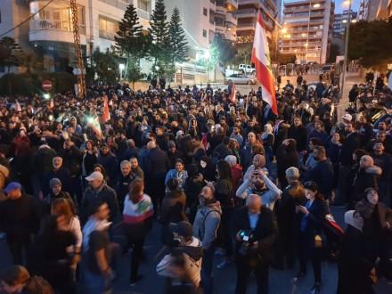 تجمع لعدد من المحتجين أمام منزل دياب في تلة الخياط