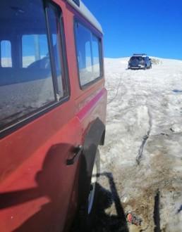 احتجزتهم الثلوج داخل سياراتهم في عيون السيمان – كفردبيان