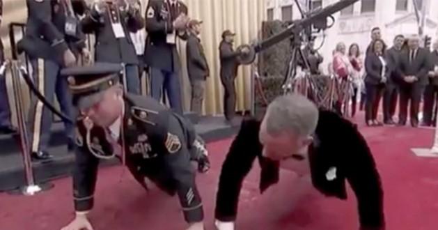 توم هانكس يتحدى أحد ضباط حفل الأوسكار في تمرين الضغط