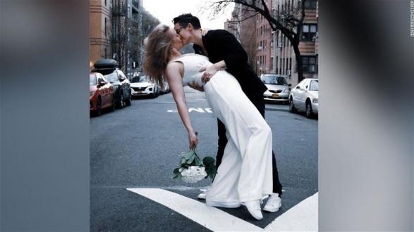 الزواج في زمن كورونا… حفل زفاف من نافذة شقة بنيويوك!
