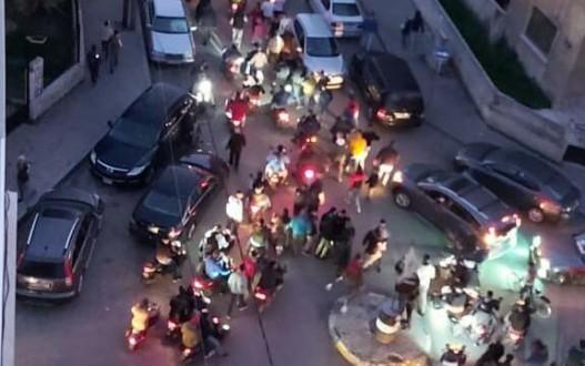 شبان من الميناء خرقوا حظر التجول ونفذوا مسيرة إحتجاجاً على الأوضاع الإقتصادية